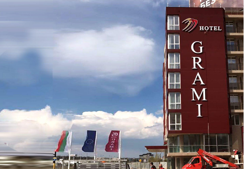 Обемни букви хотел Грами