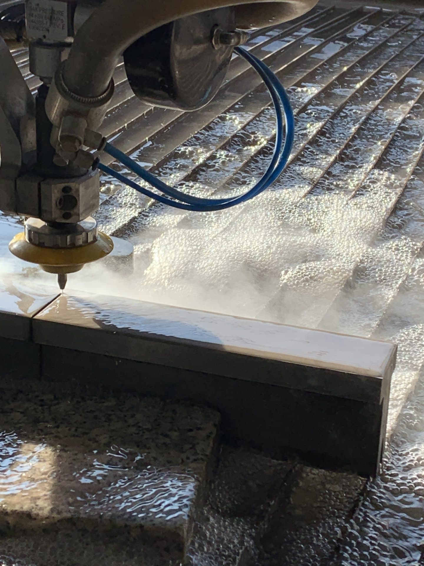 водно рязане на дебели материали на Mach 500